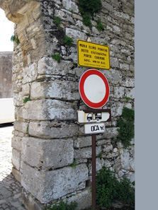 A yellow sign informed us that we parked right next to the former elymo-Punic city wall. Photo: KW.
