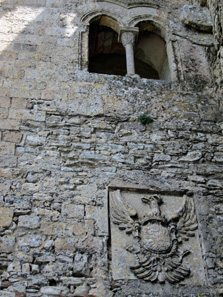 Above the entrance: coat of arms of Charles V of Spain. Photo: KW.