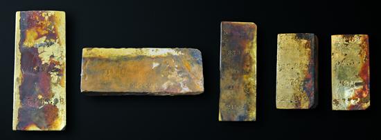 Fünf Goldbarren von einem Gesamtgewicht von nahezu 1000 Unzen kamen bei dem ersten Erkundungstauchgang zu Tage. Copyright: Odyssey Marine Exploration, Inc., www.OdysseyMarine.com.