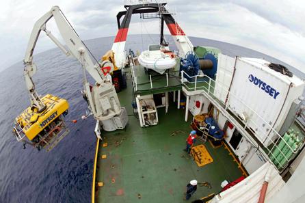 Der Spezialroboter ZEUS wiegt acht Tonnen und wird zu Wasser gelassen. Gesteuert wird er von Bord der Odyssey Explorer. Copyright: Odyssey Marine Exploration, Inc., www.OdysseyMarine.com.