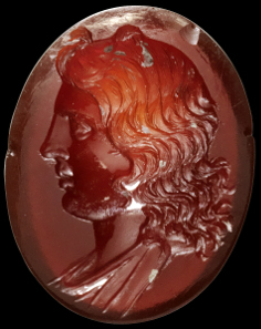 1101: Gem made of carnelian with bust of Apollo. Hellenistic, 2nd cent. B. C. B 1.8 cm. Tiniest chips. Estimate: 5,000 euros.