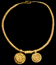 1001: Large neck ring with gold coins of Philipp II. Roman, around A. D. 244. Estimate: 65,000 euros.