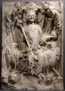 Kaiser Ludwig der Bayer auf dem Adlerthron. Relief aus dem Nürnberger Rathaussaal, um 1340 (1945 zerstört). Abguss von 1855. Bayerisches Nationalmuseum, MA 2341. Foto: © Bayerisches Nationalmuseum, München.