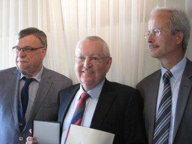 Der Laudator, Lutz Neumann, der Preisträger, Dieter Raab, und der Präsident des Verbands Schweizerischer Berufsnumismatiker, Marcel Häberling.