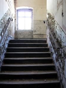 Sandsteintreppen führen in die oberen Räume. Foto: Angela Graff.
