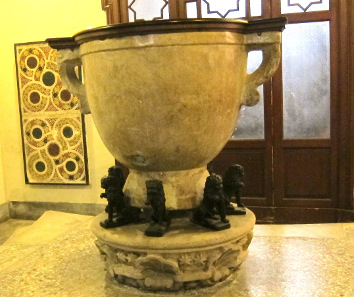 Baptismal font in Santa Maria delle Colonne. Photo: KW.