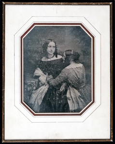 Carl Ferdinand Stelzner, Daguerreotypie von Anna Henriette Stelzner mit ihrer Freundin Frau von Braunschweig, um 1849, 7,5 x 6,1 cm, mit Ausblühungen der Glaskrankheit im unteren Bereich. © Museum für Kunst und Gewerbe Hamburg.