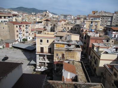 Über den Dächern von Pa-lärm-o; ich bin mir ganz sicher, auf dem linken Balkon im zweiten Stock des gelben Hauses fand in der Nacht zum 27. April 2014 ein Massentotschlag statt. Zumindest hörte es sich so an. Foto: KW.