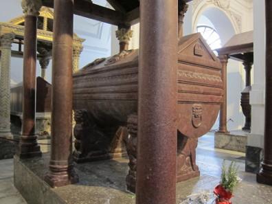 Porphyry sarcophagus of Frederick II. Photo: KW.