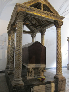 Porphyry sarcophagus of Rogers II, 1095-1154. Photo: KW.