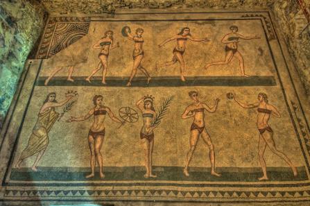 Ansicht des sogenannten Bikinimädchen-Mosaiks im sizilianischen Piazza Armerina (zeitgleich mit dem Veröffentlichungsjahr 302 n. Chr. dieser Zeitschrift).
