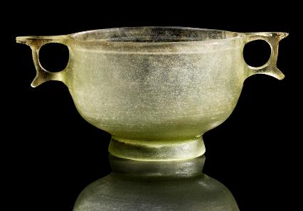16: Ringhenkelskyphos. Glas. Hellenistisch, 2./1. Jh. L. 15,5 cm. Taxe: EUR 70.000.