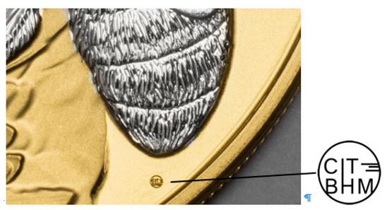 Das neue Zeichen ist mikroskopisch klein und betont die Zusammenarbeit zwischen Coin Invest Trust und B.H. Mayer's Kunstprägeanstalt. Das Detailbild zeigen einen Ausschnitt der Münze