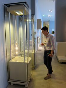 Frau Klages ist zu Recht stolz darauf, wie viele Münzen und Medaillen sie in der Dauerausstellung unterbringen konnte. Foto: KW.