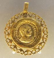 Aureus des Caracalla in antiker Fassung. Foto: KW.