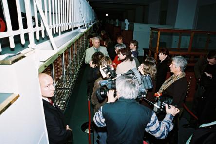 Tage des offenen Tresors. Wolfgang Steguweit führt nach der Renovation durch den Tresorraum des Berliner Münzkabinetts 2004. Foto: Reinhard Saczewski.