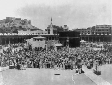 Mekka im Jahr 1889. Im Hintergrund links sieht man die Adschjad-Festung. Quelle: Wikicommons.