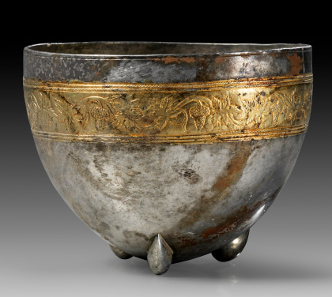 47: Mastoid silver bowl. Hellenistic, 3rd - 1st cent. B. C. H. 9 cm. From the possession of a community of heirs, acquired in the 1980s. Estimate: 50,000 euros.