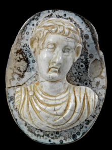 290 Cameo with the depiction of Tiberius. Roman, A. D. 14 - 37. 4 x 3 x 1.65 cm. Layered agate with frontal bust of Emperor Tiberius with laurel wreath, paludamentum und armor. From an English private collection. Ex Gorny & Mosch 154 (2006), 173. Estimate: 12,000 euros.