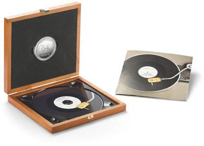 Set aus Medaille und CD im Holzetui.