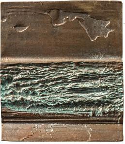 Am Strand, 2000. Übereinander Streifen von Sand, Wellen, Himmel mit Wolken, Bronze, 56 x 65 mm. Fotos: Friedrich Brenner.