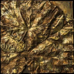 Aufgeteiltes Land, 2004 / 1992. Abgeformtes Pestwurzblatt, in 64 Felder aufgeteilt. Bronze, 40 x 40 cm. Fotos: Friedrich Brenner.