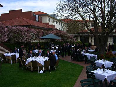 Lunch in the central court of the convention hotel. Photo: Ursula Kampmann