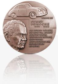 Die neue Porsche-Medaille in Hochrelief-Ausführung in Bronze.