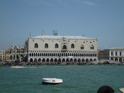 The Doge's Palace, frontal view. Photo: Moritz Werthschulte / http://creativecommons.org/licenses/by-sa/3.0/deed.