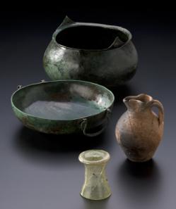 Fürstengrab von Gammertingen. Gefäße aus Bronze, Keramik und Glas. Sturzbecher. Bronzebecken. Kleeblattkanne. © Hendrik Zwietasch, Landesmuseum Württemberg, Stuttgart.