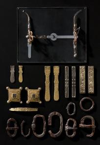 Fürstengrab von Gammertingen. Schnallen, Trense, Riemenzungen und Riemenverteiler eines Pferdegeschirrs. © Hendrik Zwietasch, Landesmuseum Württemberg, Stuttgart.