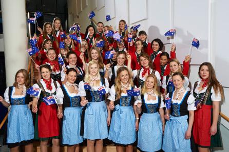 Die Hostessen mit den Flaggen des Ehrengastlandes Australien.