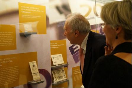 Prof. Dr. Ewald Nowotny bei der Besichtigung der Ausstellung. © OeNB.