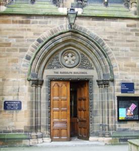 Haupteingangsportal zu den Randolph Buildings und dem Hunterian Museum im Hauptgebäude der Universität Glasgow. Foto: Thomas Nugent /https://creativecommons.org/licenses/by-sa/2.0/deed.en