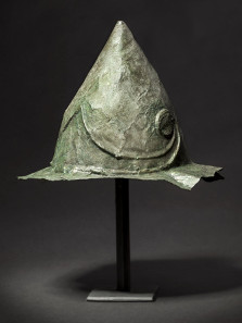 3532: A Hellenistic helmet of Pilos type with offset brim and brow element, 2nd - early 1st century BC. Estimate: 23,000 euro.