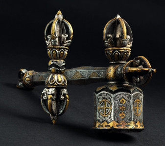 2743: A Tibetan vajra hammer with gold and silver inlays, 15th century. Estimate: 9,000 euro.