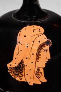 Die Mütze als Hauptdarstellerin. Salbgefäß (Lekythos); gebrannter Ton; Athen, um 440-430 v. Chr.; Antikenmuseum Basel und Sammlung Ludwig, BS 461. (Aufnahmen: R. Habegger, A. Voegelin).