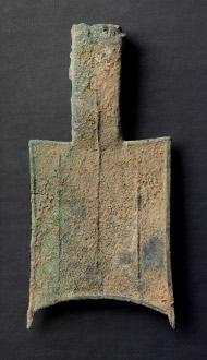 China. Ca. 650-400 v.Chr. Bronze Spatengeld. Rufpreis: 750 Euro.