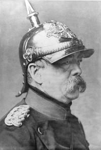Porträt Otto von Bismarcks mit Pickelhaube. Quelle: Bundesarchiv, Bild 183-R68588 / P. Loescher & Petsch / CC-BY-SA 3.0.