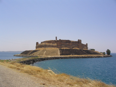 The previous location Qal'at Ja'bar on a Euphrates isle is today in the middle of the Lake Assad created in 1974. Photograph: Wikicommons / http://creativecommons.org/licenses/by-sa/3.0/deed.en
