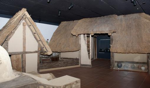 Hauptgebäude und Nebengebäude eines Gehöfts. Blick in die Ausstellung. Fachwerkkonstruktion mit lehmverkleideten Flechtwänden. © rem, Foto: Lina Kaluza.