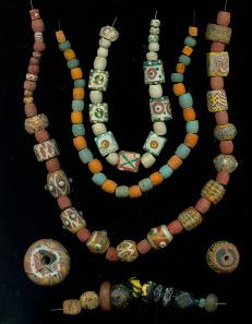 Glasperlenschmuck 2. Viertel des 7. Jahrhunderts n. Chr. Perlen, Farbe. Gefunden im Grab einer Frau auf dem Hermsheimer Bösfeld, Grab 758. © rem.