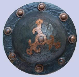 Schildbuckel mit Kuppenzier nach italischen Vorbildern, Mitte 7. Jahrhundert n. Chr. Eisen, Bronze, Dm. 19,7 cm. Gefunden in Seckenheim-Hochstätt, Grab 10. © rem.
