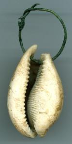 Fruchtbarkeitsamulett, 2. Hälfte 7. Jahrhundert n. Chr. Kaurischnecke / Cypraea aus dem Roten Meer, L. 6,5 cm, an Bronzedraht. Gefunden im Grab einer Frau auf dem Hermsheimer Bösfeld, Grab 428. © rem.