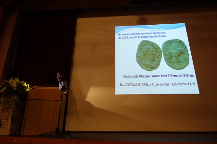 Isabella Liggi Asperoni, verantwortlich für die Münzen der Grabung von Aventicum, stellte bei einem abendlichen Anlass für die Bevölkerung die römischen Münzen vor. Foto: Ursula Kampmann.