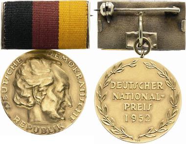 Los 300: Nationalpreis der DDR. Gestiftet 31.3.1949. Verliehen 1952. Äußerst seltenes Exemplar, besonders in dieser Komplettheit. Prägefrisch. Schätzpreis: 2.000 Euro.