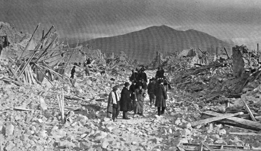 Photograph of the ruins of Via Napoli, Avezzano after the earthquake of 1915. Source: Wikipedia.