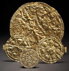 Vier verzierte Goldblechscheiben, Mittlere Bronzezeit. Zuschlag: 16.000 Euro.