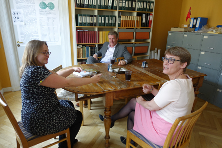 Coffee table, from left to right Dr Gitte Tarnow Ingvardson, Lund / Sweden; Dr Helle W. Horsnæs, National Museum of Denmark; Dr Svein Gullbekk, Oslo / Norway. Photo: UK.