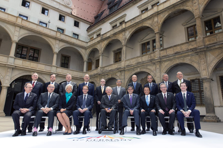 'Family portrait' with participants of the G7 Meeting: the Finance Ministers socializing in the small courtyard of the Royal Palace. Photo: Thomas Köhler, Bundesministerium der Finanzen.